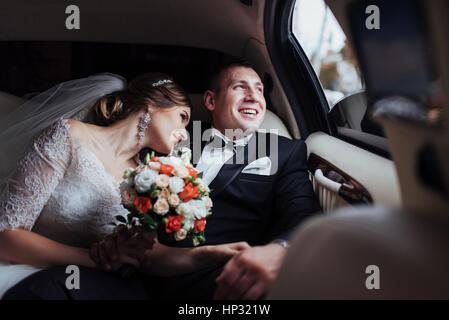 Jeune couple dans une voiture à jour du mariage. Banque D'Images