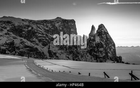 Coucher de soleil sur le massif de montagne Sciliar et plateau d'Alpe di Siusi (Seiser Alm), saison d'hiver. Les Banque D'Images