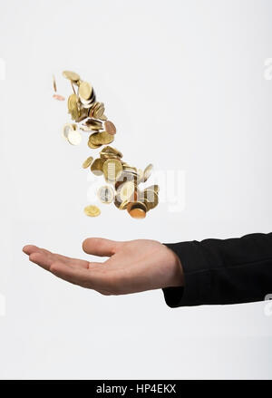 Parution du modèle , Mann Geldmuenzen wirft - homme jette des pièces en euros Banque D'Images
