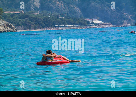 Il ot couchage Woma en mer mer flottante - deniz yataginda uyuyan kadin Banque D'Images