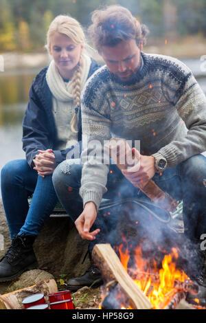Couple par feu sur Lakeshore Banque D'Images