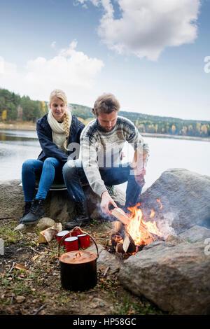 Couple de randonnée la préparation de joie sur Lakeshore Banque D'Images