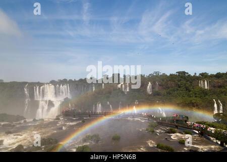 Foz do Iguaçu, Brésil. 17 Février, 2017. Chutes d'Iguaçu combinée à la lumière du soleil crée un arc-en-ciel sur Banque D'Images
