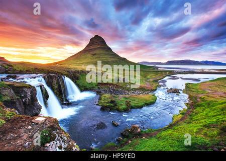 La pittoresque coucher de soleil sur les paysages et cascades. Kirkjufel Banque D'Images
