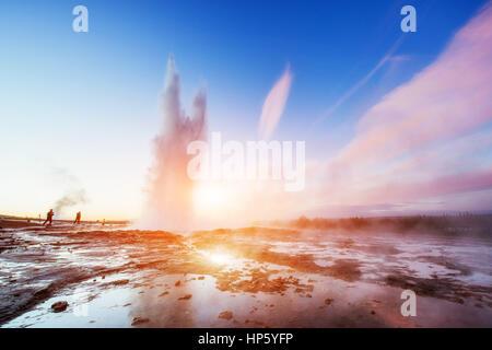 Magnifique coucher de soleil Strokkur geyser éruption en Islande. Banque D'Images
