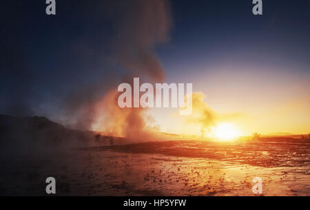 Magnifique coucher de soleil en Islande l'éruption du geyser Strokkur Banque D'Images