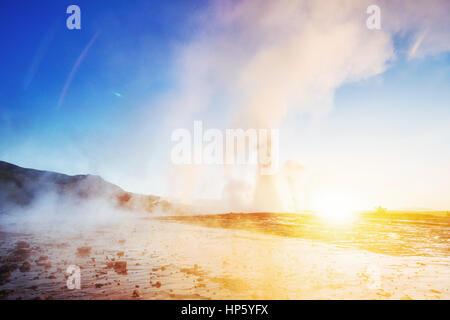 Magnifique coucher de soleil dans l'éruption du geyser Strokkur Icelan Banque D'Images