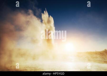 Les geysers en Islande. Kolory fantastique.Turysty regardez la beauté de Banque D'Images