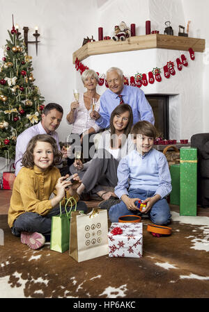Familie sitzt vor Grosseltern mit Weihnachtsbaum-modèle (publié) Banque D'Images