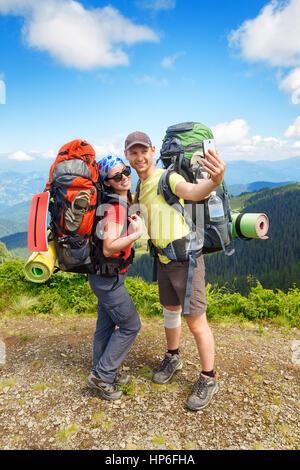 Couple de randonneurs selfies en tenant avec vue sur les montagnes de l'arrière-plan. Couple de touristes la femme Banque D'Images