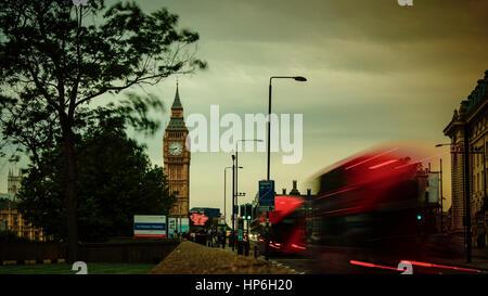 Londres, UK - avril: le pont de Westminster, près de Big Ben et du Parlement, la vue de nuit avec une longue exposition Banque D'Images