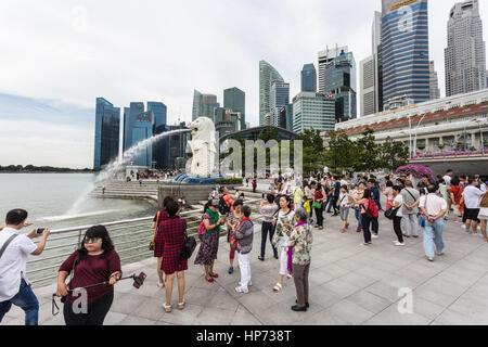 Singapour, Singapour - Septembre 21, 2016: les touristes de prendre des photos en face de la célèbre skyline de Banque D'Images