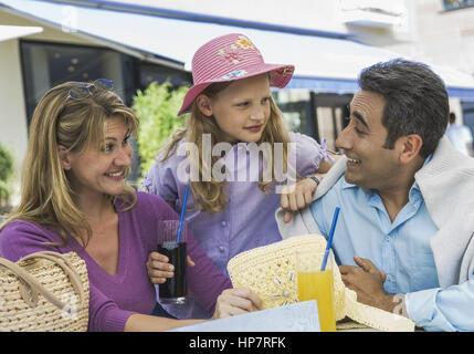Die Eltern mit Tochter dans Strassencafe (modèle récent) Banque D'Images