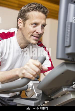 Mann im Fitness-Studio trainiert, auf (modèle récent) Banque D'Images