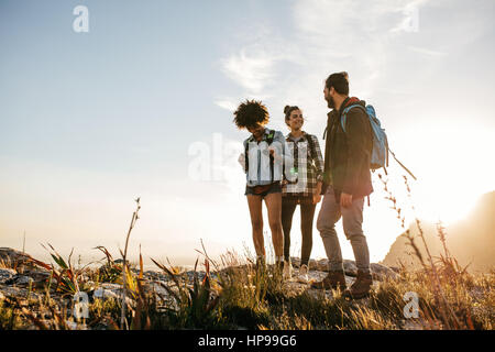 Groupe de personnes en randonnée dans la nature sur une journée d'été. Trois jeunes amis sur un pays de marche. Banque D'Images