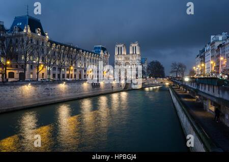 Notre-Dame de Paris et de Seine à heure bleue Banque D'Images