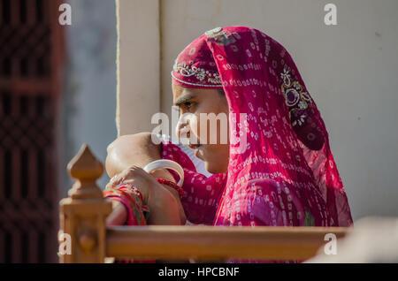 Le Rajasthan, INDE - Le 20 novembre 2016: rajasthani woman non identifiés d'attendre que quelqu'un portant sari Banque D'Images