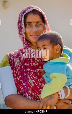 Le Rajasthan, INDE - Le 20 novembre 2016: rajasthani non identifié pauvre femme portant des costumes traditionnels Banque D'Images