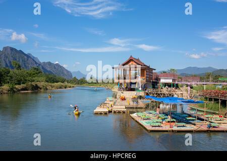 Vang Vieng, Laos - janvier 19, 2017: les touristes non identifiés sont l'Aviron Kayak bateaux dans la rivière Nam Song à Vang Vieng, Laos