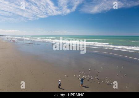 Christchurch, Canterbury, Nouvelle-Zélande. Vue vers le nord, le long de la plage de Brighton, à marée basse. Banque D'Images