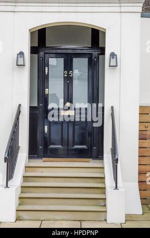 Entrée de l'édifice, élégant, un beau garde-corps métalliques, escalier en pierre d'origine, portes en bois noir, Banque D'Images