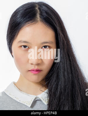 Portrait of teenage girl chinois à la grave Banque D'Images