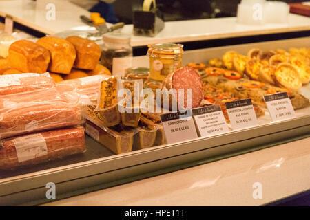 Les halles de lyon paul bocuse march gourmand lyon rhone alpes france banque d 39 images photo - Comptoir de famille lyon ...