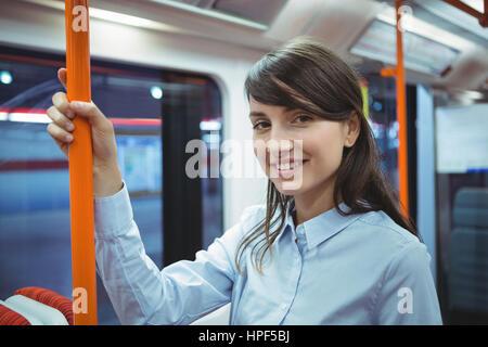 Portrait of smiling exécutif pendant un voyage en train Banque D'Images