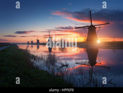 Silhouette de moulins à vent au lever du soleil dans le brouillard incroyable Kinderdijk, Pays-Bas. Paysage avec Banque D'Images
