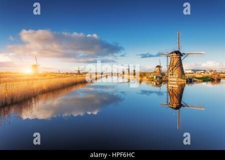 Les moulins à vent au lever du soleil. Paysage rustique avec de superbes moulins à vent hollandais près de l'eau Banque D'Images