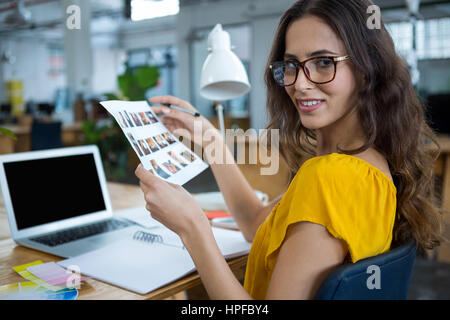 Portrait d'une femme graphic designer working at desk in creative office