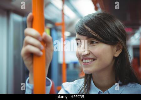 La direction réfléchie pendant un voyage en train smiling Banque D'Images
