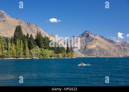 Queenstown, Otago, Nouvelle-Zélande. Kayak dans la baie de Queenstown, le lac Wakatipu, Walter Peak en arrière-plan. Banque D'Images
