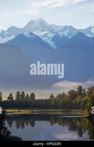 Fox Glacier, Westland Tai Poutini National Park, côte ouest, Nouvelle-Zélande. Vue sur Lac tranquille Matheson au Banque D'Images