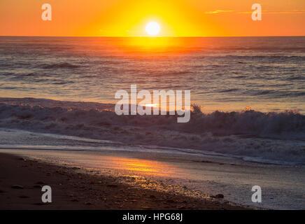 Westland Tai Poutini Okarito, Parc National, côte ouest, Nouvelle-Zélande. Golden coucher de soleil sur la mer de Banque D'Images