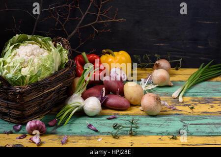 Ingrédients de légumes bio de saison sur table en bois coloré. L'alimentation saine régime végétarien ou concept. Banque D'Images