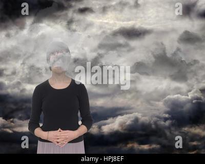 Femme dans un espace sombre, des nuages gris. La dépression, l'anxiété concept, métaphore. Banque D'Images