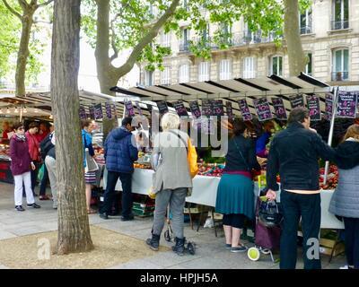 Parisiens shopping pour fruit sur le marché Bastille sur le Boulevard Richard Lenoir, Paris, France. Banque D'Images