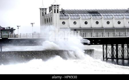 Brighton, UK. Feb 23, 2017. Les vagues déferlent sur le front de mer de Brighton par le Palace Pier comme Doris Banque D'Images