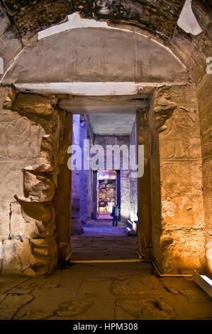 Temple de Seti I à Abydos avec série de couloirs et touristique dans le lointain Banque D'Images