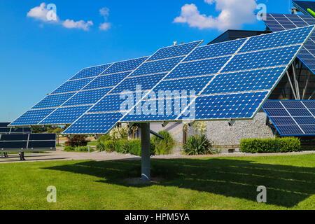 Power Plant à l'aide d'énergie solaire renouvelable avec soleil. L'été Banque D'Images