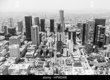 Los Angeles, États-Unis - 27 mai 2015: Vue aérienne de l'horizon du centre-ville de Los Angeles en noir et blanc. Banque D'Images