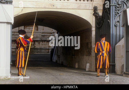 Gardes suisses , sur la place Saint-Pierre, le Vatican, Rome, Italie Banque D'Images