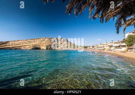 La plage de Matala sur l'île de Crète, Grèce. Vue depuis les rochers. Il y a beaucoup de cavernes près de la plage. Banque D'Images