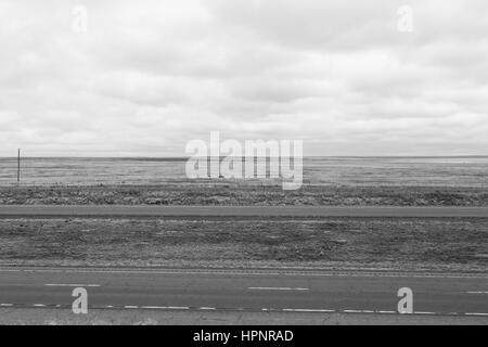 Interstate 25 vide près de wagon Mound au Nouveau Mexique, USA, en monochrome. Banque D'Images