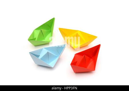 Du papier de couleur, origami bateaux isolé sur fond blanc Banque D'Images