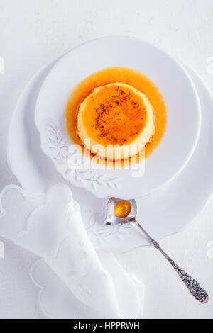 Crème caramel sur un plateau servi sur une table