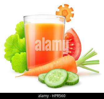Jus de légumes isolées. La carotte fraîche, tranches de concombre et de tomate, les feuilles de laitue et de légumes Banque D'Images