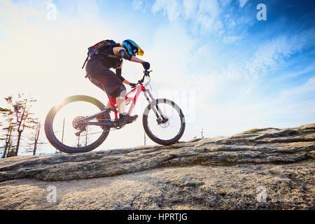 Jeune femme cycliste, équitation montée sur vélo VTT fullsuspension Banque D'Images