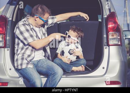 Heureux père et fils se préparer pour road trip sur une journée ensoleillée. Concept de famille accueillante. Banque D'Images
